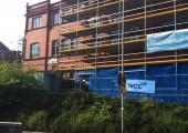 Byggnadsställningar runt huset!